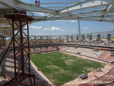 Las piezas metálicas construidas en Portugal durante su montaje en la estructura del posmoderno estadio amazónico, el pasado mes de noviembre.