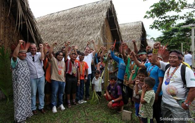 Governador e secretário de Turismo celebraram com o povo Huni Kui a entrega dos equipamentos de turismo para a aldeia.   Foto Sérgio Vale