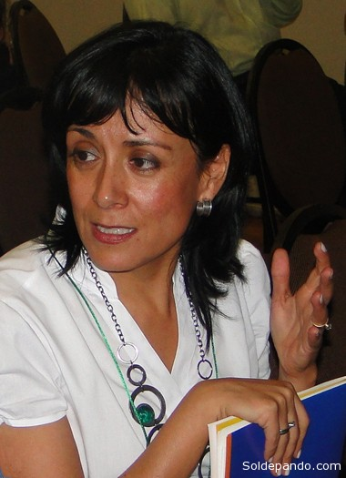 SOBRE LA AUTORA María Teresa Zegada Claure es socióloga y cuenta con una maestría en Ciencias Políticas. Es profesora de pregrado y postgrado e investigadora de la Facultad de Ciencias Sociales de la Universidad Mayor de San Simón (UMSS) y de la Carrera de Comunicación de la Universidad Católica Boliviana (UCB). También se desempeña como investigadora y coordinadora de área del Centro Cuarto Intermedio (CCI) y es miembro del directorio Centro de Estudios de la Realidad Económica y Social (CERES). De la misma manera es investigadora del Consejo Latinoamericano de Ciencias Sociales (CLACSO). Cuenta con diversos libros y artículos especializados sobre temas sociológicos y políticos y colabora en diarios de circulación nacional e internacional.