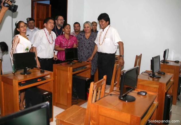 Los equipos de computación entregados por Evo Morales el 13 de mayo de este año, junto a la nueva infraestructura del Incos-pando.
