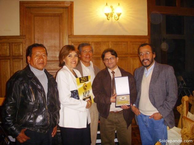 Los periodista de Sol de Pando rodeados por sus colegas de La Paz, tras recibir los dos galardones en el Premio Nacional de Periodismo 2013.