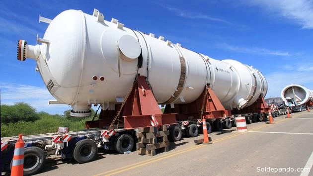 Las columnas se trasladan en un convoy compuesto por camiones de alto tonelaje y vehículos de escolta desde Puerto Zárate, República de Argentina hacia la planta Gran Chaco. | Foto AN-YPFB