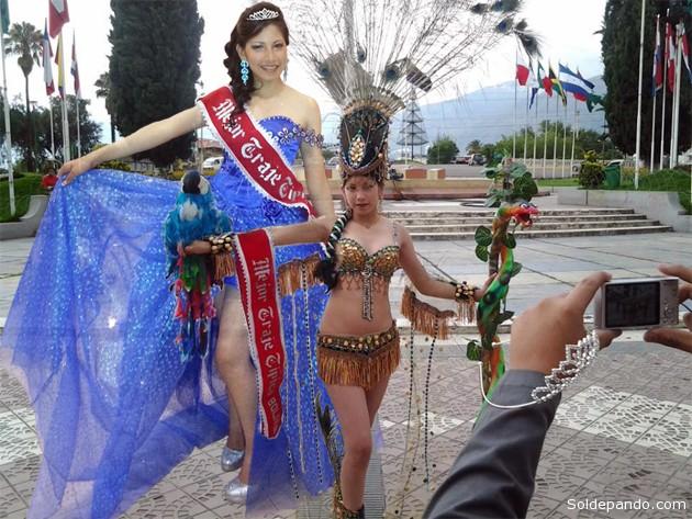 Andrea Antequera luciendo su traje de siringuera pandina en la Plaza de las Banderas, en Cochabamba. También vistió un lujoso tipoy con los colores de Pando. | Fotomontaje Sol de Pando