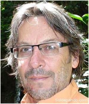 """EL AUTOR Jorge Komadina Rimassa (Cochabamba, 1959) es sociólogo y analista político. Es responsable de la línea temática """"Transparencia"""" del Centro de Estudios Aplicados a los Derechos Económicos, Sociales y Culturales (CEADESC). Komadina trabaja asimismo como docente e investigador de la Carrera de Sociología de la UMSS. Ha publicado diversos trabajos sobre temáticas políticas y culturales, entre ellos """"El Poder del Movimiento Político"""" (PIEB, 2007) y """"Informe de Transparencia Presupuestaria sobre la Prefectura de Cochabamba"""" (CEADESC, 2008). Forma parte de la """"Red Departamental de Transparencia de Cochabamba"""". Escribe habitualmente en la prensa local y en revistas especializadas."""