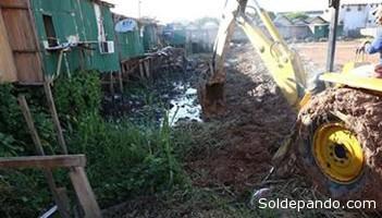 El uso de retroexcavadoras es habitual en las riberas del Acre. | Foto O Rio Branco