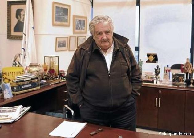 El Presidente uruguayo en su modesta oficina, gobernando desde abajo y sin codiciar ningún privilegio personal. | Foto Archivo