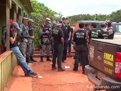 """EL FANTASMA DE LA VIOLENCIA El Gobierno de Brasil envió tropas del Ejército y la Fuerza Nacional de Seguridad a la comunidad indígena de la Reserva Tenharim, en el estado de Amazonas, para protegerla de las agresiones de agricultores y ganaderos locales que incendiaron, la semana pasada, la sede de la Fundación Nacional del Indio (FUNAI). Ante los ataques a las oficinas y vehículos del FUNAI ocurridos el pasado 25 de diciembre, así como a viviendas y un peaje indígenas dos días después; el Tribunal Federal de la Primera Región de la Amazonía ordenó al Estado de Brasil tomar """"medidas concretas y efectivas"""" para proteger a los indígenas de la zona y que promuevan el regreso a sus aldeas a unos 150 nativos que se refugiaron en el cuartel del Ejército. En respuesta, el pasado sábado 28, el Gobierno envió a los efectivos para proteger a los nativos y buscar a tres personas que habrían sido secuestradas por los aborígenes."""