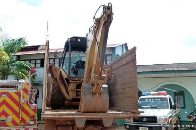 Esta es la retroexcavadora Caterpillar, robada de una obra pública en el Brasil, que era llevada sobre un destartalado camión de Cobija a Riberalta. Similar ruta seguía una grúa Mercedes Benz. Ambas maquinarias han sido recuperadas mediante un operativo del comando policial en Cobija. | Foto Sol de Pando