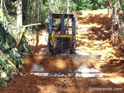 A principios del año este tractor perteneciente al municipio brasileño de Epitaciolandia ingresó a territorio de Pando para realizar obras clandestinas vinculadas el narcotráfico. La Policía Federal del Brasil está alarmada ante este nuevo fenómeno delictivo que trae una nueva tensión fronteriza entre Bolivia y Brasil. | Foto Archivo