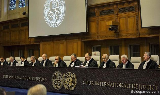 La solemne lectura del histórico fallo en el Tribunal de La Haya. Es inapelable y ambas partes se comprometieron a respetarlo y hacerlo cumplir. | Foto Reuters