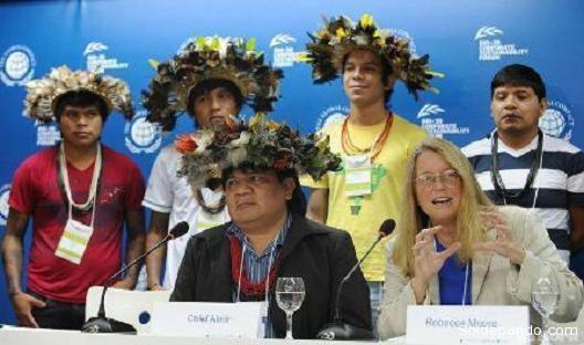 El cacique suruí Amir y la ingeniera de Google Rebeca Moore, en Río de Janeiro.