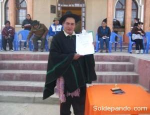 El Alcalde de Vacas con la Ordenanza del Solsticio, en el 2012, que declarav a su Municipio Resrva Municipal para proteger la Puya Raymondi y la Kewiña. | Foto Rumbol