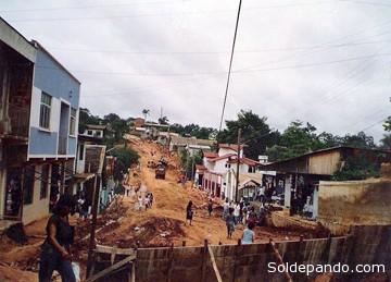 Una ciudad en permanente construcción. Abriendo el camino hacia el nuevo aeropuerto, en los años ochenta. | Foto Becha Fernández