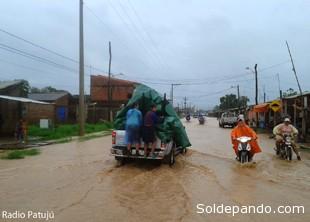 Los vecinos unidos —hombres, mujeres y niños— lograron contener ayer la inundación de Trinidad después de soportar una torrencial lluvia.   Foto ERBOL