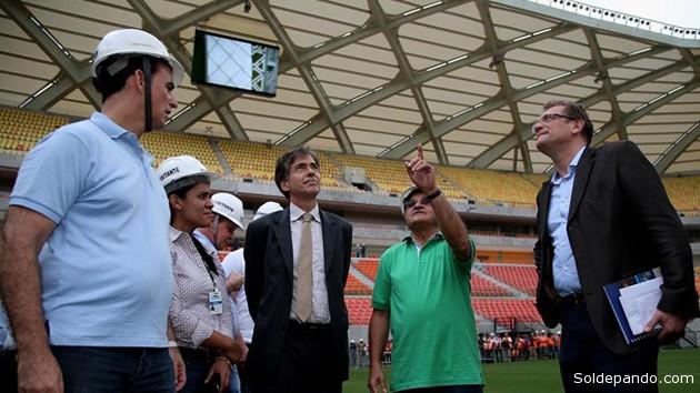 La comitiva de Valcke fue recibida en el Arena da Amazônia por el Alcalde de Manaos, Arthur Virgílio Neto, y el Vicegobernador de Amazonas, José Melo. | Foto ©FIFA.com