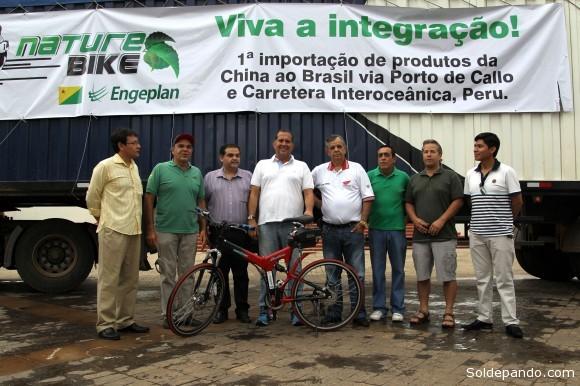Empresários e representantes governamentais celebram o sucesso da primeira remessa na nova rota de peças para a produção de bicicletas elétricas no Acre | Foto: Ângela Peres