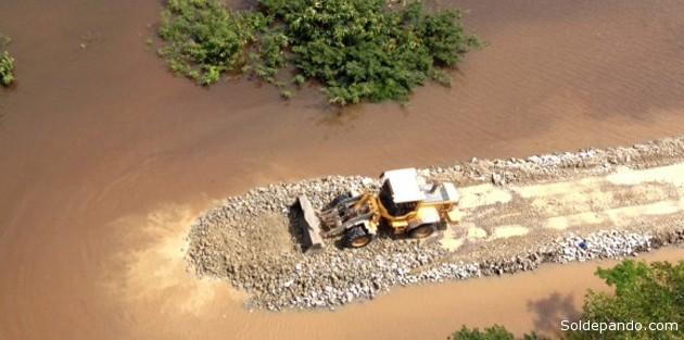 Caminhões e máquinas trabalham há dois dias na construção dos portos   Foto Pedro Devani  Secom