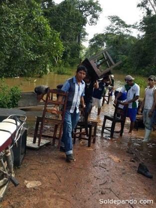 Salvando el mobiliario de un núcleo escolar en el municipio de San Lorenzo.