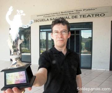 """¿QUIÉN ES MARCO MALAVIA? Marcos Malavia, dramaturgo, novelista y director de teatro boliviano, fiçundador de la Escuela Nacional de Teatro Hombres Nuevos, nació en el centro minero de Huanuni (Oruro). Montó sus primeros espectáculos teatrales mientras estudiaba Abogacía en la Facultad de Derecho. En 1981 ―después del golpe de Estado militar encabezado por Luis García Meza―, fue exilado a Chile. Pero, debido a la dictadura de Augusto Pinochet ―instalado en el poder desde 1973―, emigró a Francia con una beca. En París estudió Derecho pero se interesó mucho por el teatro, que pudo practicar gracia a su beca. Trabajó con el mimo y director francés Jean-Louis Barrault, quien le propuso pasar una audición en presencia del mimo Marcel Marceau. Tras obtener su título, trabajó como asistente del director argentino Alfredo Arias y con la actriz francesa Madeleine Renaud. En 1990, en Bagneux, fundó la compañía Sourous con Muriel Roland. En 2004, Marcos Malavia creó ―con el apoyo de la Universidad Católica Boliviana y la Fundación Hombres Nuevos― la Escuela Nacional de Teatro, que se sitúa en el Plan 3000, uno de los barrios más pobres de Santa Cruz. con más de 200 000 habitantes que viven sin disponer de agua potable. El objetivo de esta escuela es primero de restablecer la imagen de este barrio y luego de profesionalizar el teatro boliviano para crear futuros actores. En efecto, en Bolivia no hay una escuela profesional de teatro. Según Marcos Malavia, en la Escuela Nacional de Teatro """"no se trata solo de formar actores, se trata de construir actores y artistas de nuestra sociedad, capaces de acompañar la lucha por la construcción de un nuevo ser de una nueva sociedad, más justa, tolerante y solidaria"""". La Escuela recibió varios reconocimientos dentro y fuera del país. Cuenta con un edificio propio diseñado y construido de acuerdo a las necesidades pedagógicas de la institución."""