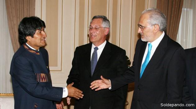 Evo Morales y Carlos Mesa estrechándose la mano, Eduardo Rodrígez Veltzé al medio, durante un encuentro oficial con ex presidentes en el Palacio Quemado, el 11 de abril del 2011. | Foto Archivo ABI
