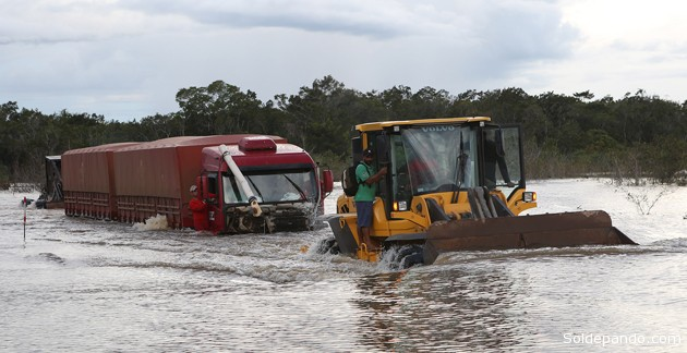 Imagen tomada por el fotógrafo acreano Sérgio vale el pasado 28 de marzo. Las aguas del río Madera se han devorado la principal carretera interestatal que vinculaba el Acre con Rondonia.   Foto Sérgio Vale   Sol de Pando
