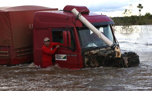 Los esfuerzostécnicos que realiza el Gobierno del Estado del Acre para salvar la carretera BR-364 resultaron insuficientes. | Foto Sérgio Vale