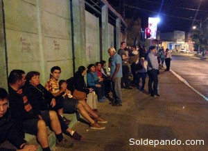 Las calles de Antofagasta la noche del sismo. El ejemplar comportamiento de la gente durante la evacuación mostró al mundo el alto grado de  organización comunitaria en la sociedad civil chilena. | Foto AFP