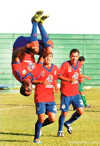 Así festejó Rogerio Lelao el cuarto gol de la jornada en el Tahuichi Aguilera. | Foto cortesía El Día
