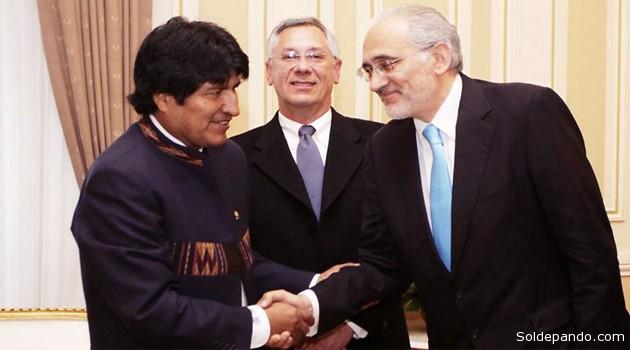 Evo Morales y Carlos Mesa estrechándose la mano, Eduardo Rodrígez Veltzé al medio, durante un encuentro oficial con ex presidentes en el Palacio Quemado, el 11 de abril del 2011. | Foto Archivo Reuters