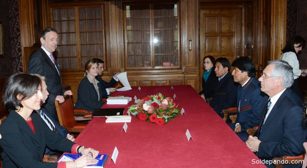 El presidente Evo Morales entregó este martes, 10 minutos antes de lo establecido, a las 8:50 (hora boliviana, seis horas menos que en Holanda) la memoria jurídica de la demanda marítima a la Corte Internacional de Justicia (CIJ) de La Haya. | Foto G. Jallasi | ABI