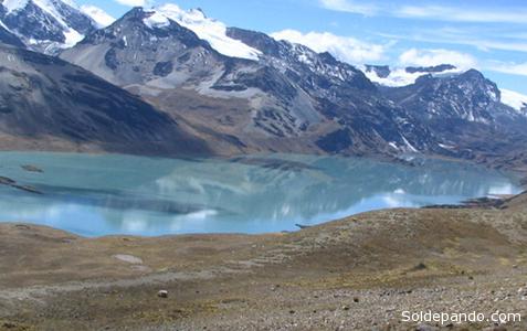 La laguna Suches, al pie de la coordillera de Apolobamba, dionde nace el principal río que desemboca en el Titicaca. Al otro lado del nevado,  comienza la Amazonia.   Foto Archivo