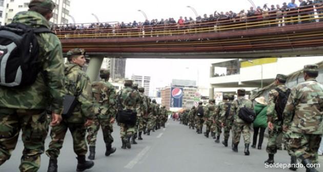 Los sargentos y suboficiales llegando al centro de La Paz, desde El Alto, durante una marcha pacífica protagonizada este jueves. | Foto Erbol