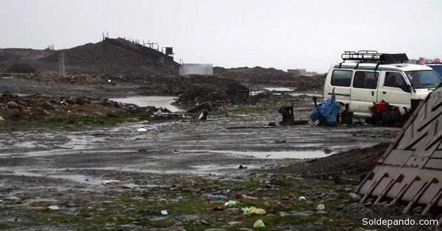 Un campamento minero ilegal a orillas del río Suches. | Foto cortesía Correo del Perú