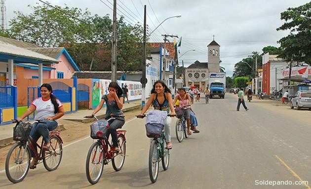 Tarauacá é um município que fica localizado no noroeste do estado do Acre, no Brasil. Está distante 400 km da capital do estado, Rio Branco, e possui a quarta maior população do estado (35 526 habitantes), segundo o Instituto Brasileiro de Geografia e Estatística (2010). Ocupa o terceiro lugar entre os municípios do estado em extensão territorial, com uma área de 15.554 km². | Foto Archivo