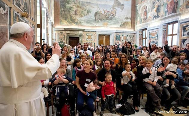 El Papa Francisco mientras hablaba en la sala Clementina del Palacio Apostólico Vaticano con una delegación de la Oficina Internacional Católica de la Infancia.   Foto EFE