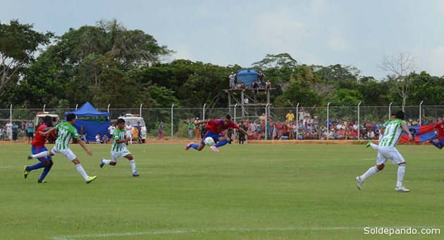 El brasileño José Inacio Lelao, feroz atacante de Universitario, durante el último partido contra Municipal de Tiquipaya en Porvenir. | Foto ©Henry Justo
