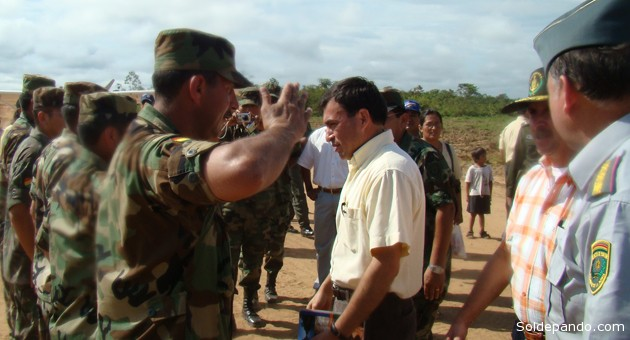 El ministro Quintana recibe el saludo militar en un cuartel de Puerto Rico, Pando. | Foto Archivo Sol de Pando