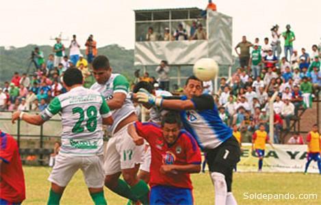 Uno de los momentos de alta tensión durante el partido disputado en Yacuiba. | Foto El Deber