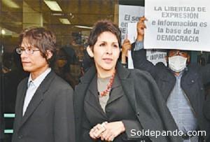 La directora de La Razón, Claudia Benavente, y el periodista Ricardo Aguilar, autor del reportaje enjuiciado, tras la audiencia en la Fiscalía de La Paz donde se interpuso un recurso de declinatoria de competencia del juzgado ordinario para derivar el caso al Jurado de Imprenta.