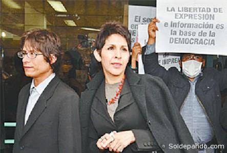 La directora de La Razón, Claudia Benavente, y el periodista Ricardo Aguilar, autor del reportaje enjuiciado, tras la audiencia en la Fiscalía de La Paz donde se interpuso un recurso de declinatoria de competencia del juzgado ordinario para derivar el caso al Jurado de Imprenta..