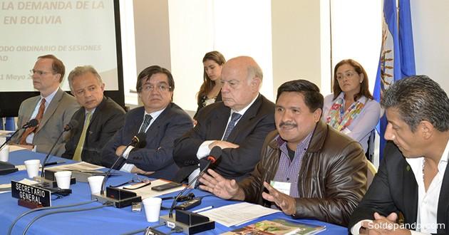 El viceministro Felipe Cáceres, junto a su equipo técnico, expone la política antidroga boliviana ante expertos de la OEA en Washington. Junto a Cáceres, el Secretario General de la OEA José Miguel Insulza. | Foto Vds-sc