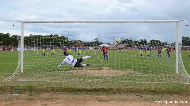 Uno de los memorables goles de Luis Gatty Ribeyro en el partido final que selló el ascenso directo a la Liga   Foto Henry Justo Mamani