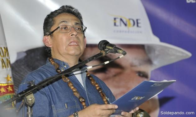 El gerente de Ende, Arturo Iporre, anunciando junto al presidente Evo Morales la firma del contrato para construcción de una planta piloto de energía solar en Pando. | Foto ABI