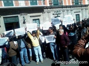 Periodistas de La Paz protestan en las puertas del Palacio de Gobierno. | Foto: Semanario Aquí