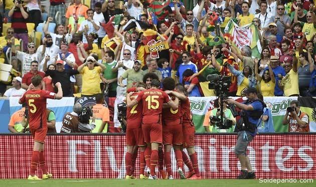 Los jugadores belgas celebran con su hinchada el milagroso gol que le da el pase seguro a las Octavas de Final. | Foto AFP