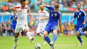 Edin Dzeko de Bosnia Herzegovina, lanza el remate que decretaría el primer gol bosnio ante Irán. | Foto ©Getty Images