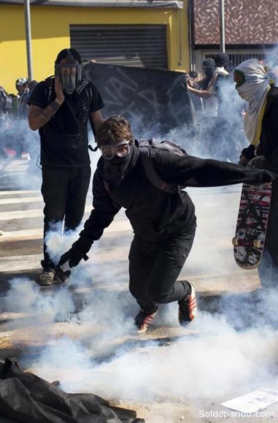 La policía disolvió la manifestación que estaba bloqueando la avenida principal que lleva al estadio que será sede de la inauguración del Mundial y donde se realizará el primer partido.   Foto AP