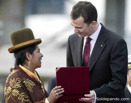 El principe Felipe cuando llegó a Bolivia asistiendo a la posesión presidencial de Evo Morales, el 21 de enero del 2006. | Foto Archivo Reuters