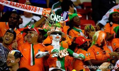 Simpatizantes de Costa de Marfil animando a su equipo durante el partido. | foto EFE