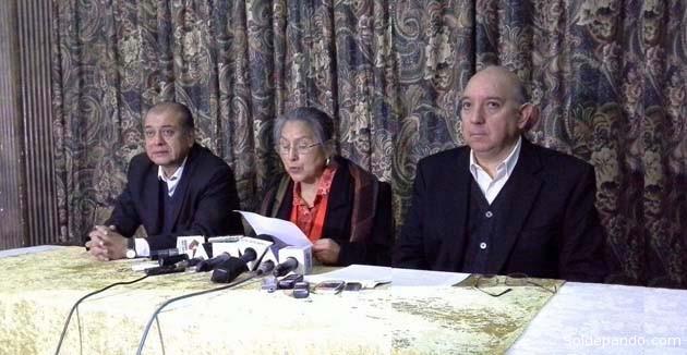 Loyola Guzmán y José Antonio Quiroga, junto con Saúl Lara, anunciando la inviabilidad del Frente Amplio como opción opositora.   Foto Erbol